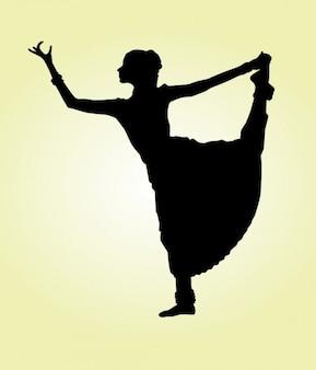 Bailarina india levantando pierna