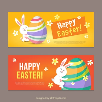 Banners de pascua planos de conejo abrazando un huevo colorido