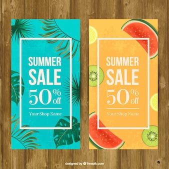 Banners de rebajas de verano con hojas de palmera de acuarela y frutas