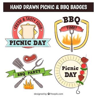 Bocetos de insignias de barbacoa y picnic con comida deliciosa