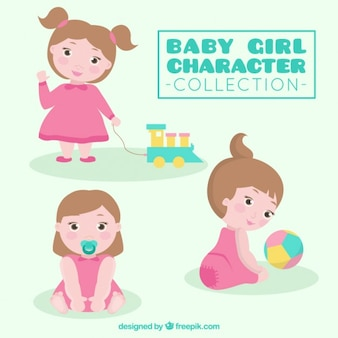 Bonita chica bebé jugando con sus juguetes