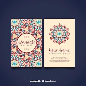 Bonita tarjeta de mandala dibujado a mano