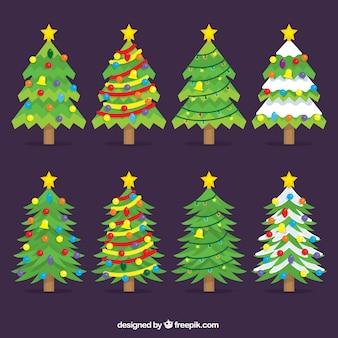 Bonitos árboles navideños con estrellas en la cima