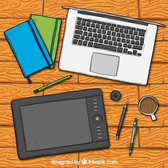 Caja del ordenador portátil de la tableta y bolígrafos
