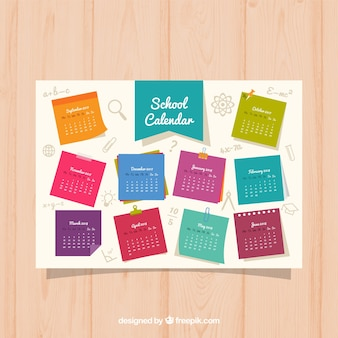 Calendario escolar colorido en hojas de libreta