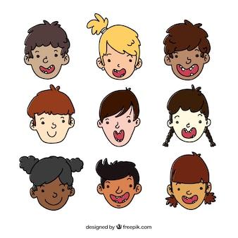 Caras de niños felices esbozadas