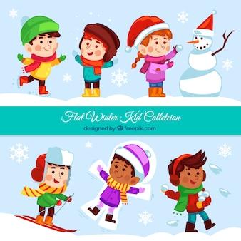 Colección de divertidos niños jugando con la nieve