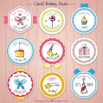 Colección de insignias de cumpleaños con bonitos dibujos