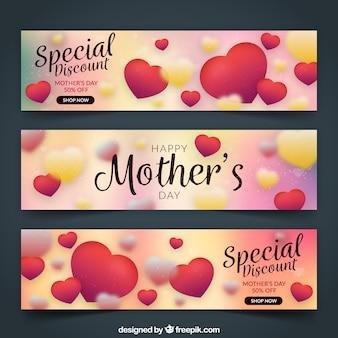 Colección de tres banners del día de la madre con corazones y efecto borroso