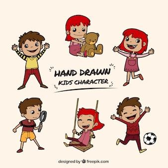 Conjunto de niños dibujados a mano sonriendo y jugando