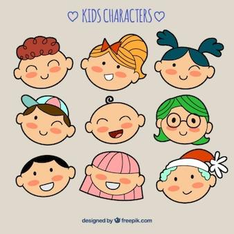 Conjunto de nueve niños sonrientes