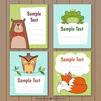 Conjunto de plantillas de tarjetas con animales dibujados a mano