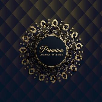 Decoración de mandala dorado sobre fondo negro en estilo étnico premium