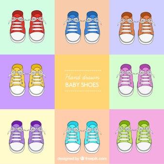Dibujado a mano zapatos de colores de bebé