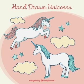 Dos unicornios adorables dibujados a mano