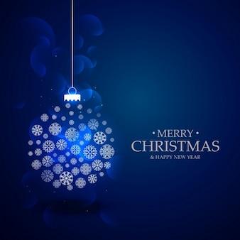 Elegante fondo azul con una bola de navidad y copos de nieve