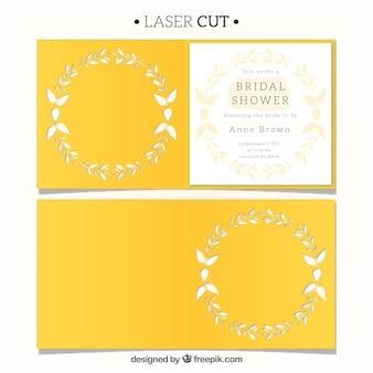 Elegante invitación amarilla con corona floral de corte láser