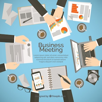 Empresarios trabajando en un informe