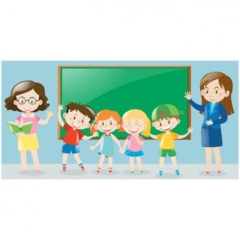 Escena de niños con pizarra y profesores