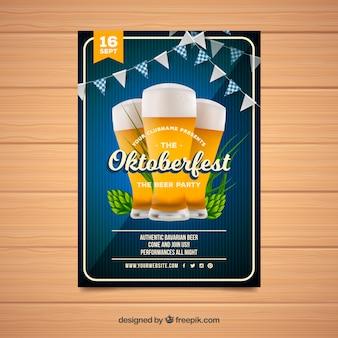 Folleto de oktoberfest con cervezas y guirnaldas