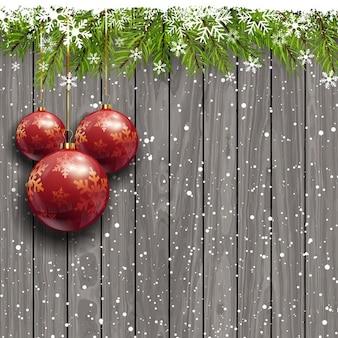 Fondo de madera con bolas de navidad rojas