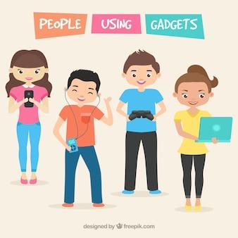 Gente feliz usando aparatos