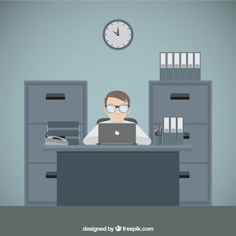 Hombre trabajando en su ordenador