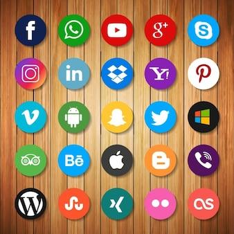 Iconos de redes sociales sobre madera