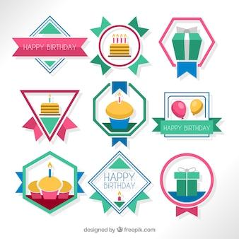 Insignias de cumpleaños geométricas en diseño plano