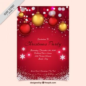 Invitación roja de fiesta de navidad con bolas y copos de nieve