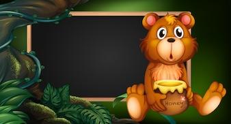 Junta de diseño con el oso en el bosque