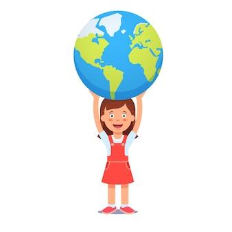 La muchacha linda sostiene la tierra del planeta sobre la cabeza