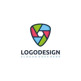 Logotipo colorido de escudo y fotografía