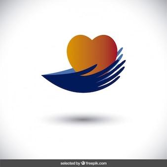Manos que sostienen un corazón