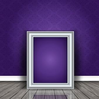 Marco plateado sobre una pared púrpura