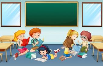 Muchos niños que leen y trabajan en grupo en la escuela