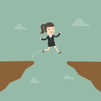 Mujer de negocios saltando un riesgo