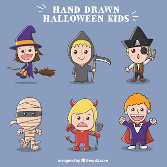 Niños adorables con disfraces fantasmagóricos
