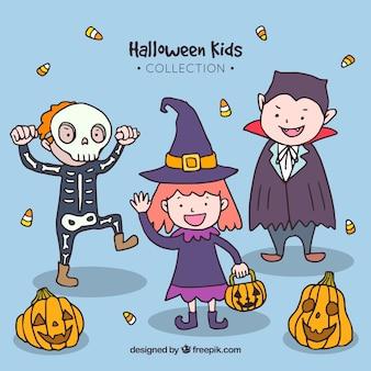 Niños disfrazados en la fiesta de halloween dibujados a mano