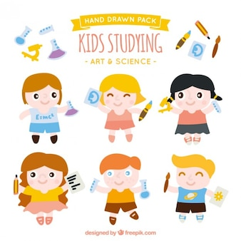 Niños divertidos estudiando arte y ciencia