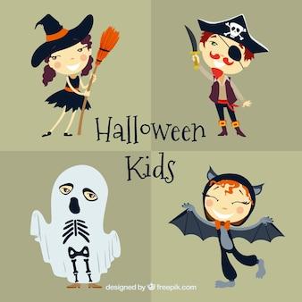 Niños felices jugando con disfraces de halloween