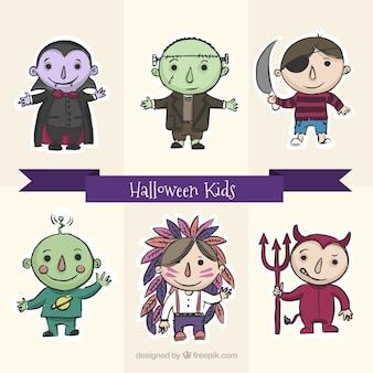Niños sonrientes con trajes bonitos listos para halloween