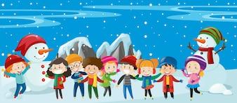 Niños y muñeco de pie en la nieve