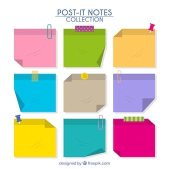Notas decorativas de papel con cinta adhesiva y chinchetas