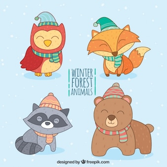 Pack de felices animales con elementos de invierno dibujados a mano