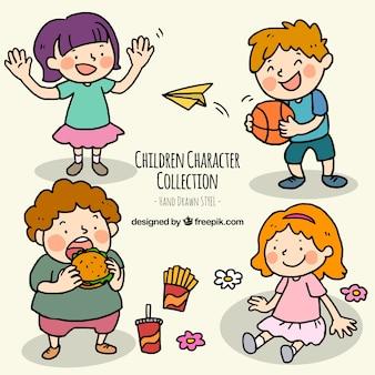 Pack dibujado a mano de niños felices haciendo diferentes acciones