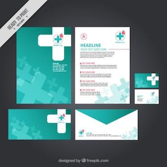 Papelería médica con una cruz blanca