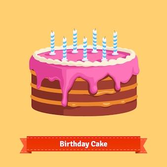 Pastel de cumpleaños hecho en casa con un glaseado rosa