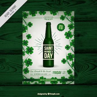 Plantilla de folleto del día de san patricio con botella de cerveza y tréboles