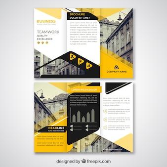 Plantilla de tríptico abstracto negro y amarillo